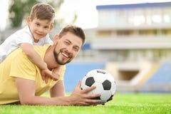 Μπαμπάς και γιος με τη σφαίρα ποδοσφαίρου Στοκ φωτογραφία με δικαίωμα ελεύθερης χρήσης
