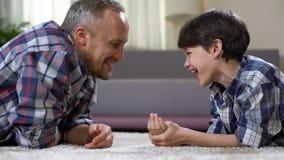 Μπαμπάς και γιος που γελούν μαζί, που κάνουν το παιδί επαφών, ενιαίος πατέρας, που έχει τη διασκέδαση απόθεμα βίντεο