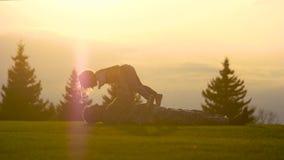 Μπαμπάς και η κόρη του που παίζουν υπαίθρια στο ηλιοβασίλεμα φιλμ μικρού μήκους