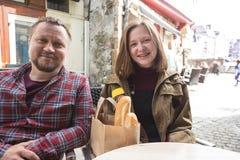 Μπαμπάς και κόρη στο γαλλικό caffee στοκ εικόνες