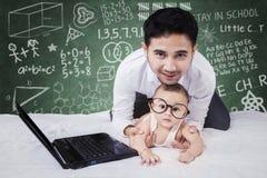 Μπαμπάς και χαριτωμένο μωρό με το υπόβαθρο doodles Στοκ Φωτογραφίες