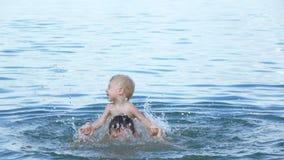 Μπαμπάς με την κολύμβηση μωρών απόθεμα βίντεο