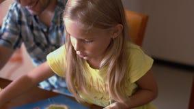 Μπαμπάς με τη μικρή κόρη του που παίζει το επιτραπέζιο παιχνίδι Στοκ Φωτογραφία