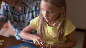 Μπαμπάς με τη μικρή κόρη του που παίζει το επιτραπέζιο παιχνίδι Στοκ εικόνες με δικαίωμα ελεύθερης χρήσης