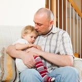 Μπαμπάς με τη μικρή κόρη του στοκ εικόνα