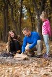 Μπαμπάς με τις κόρες στο πικ-νίκ Στοκ Φωτογραφίες