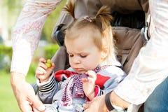 Μπαμπάς με τον αερισμό παιδιών Στοκ εικόνα με δικαίωμα ελεύθερης χρήσης