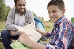 Μπαμπάς με το γιο του που ερευνά τις νέες θέσεις Στοκ εικόνα με δικαίωμα ελεύθερης χρήσης