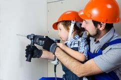 Μπαμπάς με το γιο του που κάνει τις επισκευές στοκ φωτογραφία