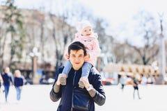 μπαμπάς με το μωρό στον περίπατο ώμων στην οδό στοκ εικόνες