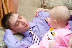 μπαμπάς μωρών δικοί του Στοκ φωτογραφία με δικαίωμα ελεύθερης χρήσης