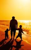 μπαμπάς παιδιών παραλιών Στοκ Φωτογραφίες
