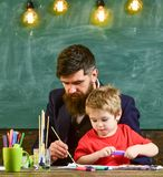 Μπαμπάς που διδάσκει το γιο του πώς να χρωματίσει Χαριτωμένο παιδί που προσέχει τη ζωγραφική πατέρων του Στοκ Φωτογραφίες