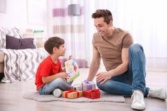 Μπαμπάς χαιρετισμού μικρών παιδιών με την ημέρα πατέρων ` s Στοκ Εικόνες
