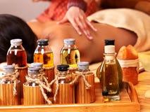 μπαμπού που παίρνει massage spa τη γ&upsi στοκ εικόνες