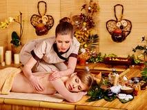 μπαμπού που παίρνει massage spa τη γ&upsi Στοκ Εικόνα