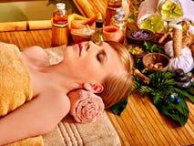 μπαμπού που παίρνει massage spa τη γ&upsi Στοκ φωτογραφία με δικαίωμα ελεύθερης χρήσης