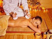μπαμπού που παίρνει massage spa τη γ&upsi Στοκ εικόνες με δικαίωμα ελεύθερης χρήσης