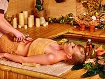 μπαμπού που παίρνει massage spa τη γ&upsi Στοκ εικόνα με δικαίωμα ελεύθερης χρήσης