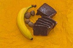 Μπανάνα, καρύδια και ένα κέικ ψωμιού μπανανών στοκ εικόνες με δικαίωμα ελεύθερης χρήσης