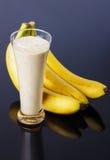 Μπανάνα με το φρέσκο χυμό γάλακτος Στοκ Εικόνα