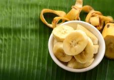 Μπανάνα σε ένα φλυτζάνι πέρα από ένα φύλλο μπανανών Στοκ Εικόνες