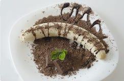 Μπανάνα στη σοκολάτα και τα διακοσμητικά φύλλα Στοκ Φωτογραφία