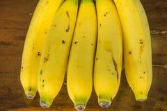 Μπανάνα στον ξύλινο πίνακα Στοκ Φωτογραφίες