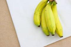 Μπανάνα στο υπόβαθρο βαμβακερού υφάσματος Στοκ εικόνα με δικαίωμα ελεύθερης χρήσης