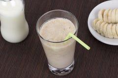 Μπανάνα milkshake στο υπόβαθρο χαλιών μπαμπού Στοκ Εικόνες