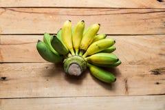 Μπανάνες κίτρινες και πράσινες Στοκ Φωτογραφίες