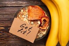 Μπανάνες και muesli στο κύπελλο Στοκ Εικόνα