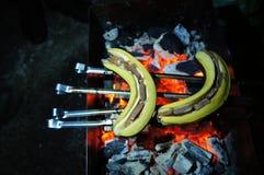 μπανάνες με τη σοκολάτα στον ξυλάνθρακα στοκ φωτογραφία με δικαίωμα ελεύθερης χρήσης