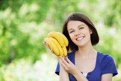μπανάνες που κρατούν τις νεολαίες γυναικών Στοκ Εικόνα