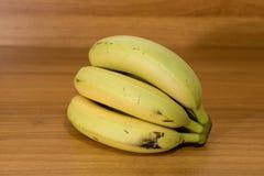 Μπανάνες σε έναν ξύλινο πίνακα σε μια σύνθεση στοκ φωτογραφία με δικαίωμα ελεύθερης χρήσης