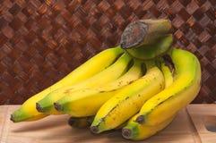 Μπανάνες στον τέμνοντα πίνακα Στοκ εικόνες με δικαίωμα ελεύθερης χρήσης