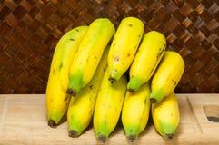 Μπανάνες στον τέμνοντα πίνακα Στοκ φωτογραφία με δικαίωμα ελεύθερης χρήσης