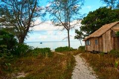 Μπανγκαλόου σπιτιών στην οκνηρή παραλία στην ηλιόλουστη θερινή ημέρα Koh νησί Rong Sanloem, οκνηρή παραλία Καμπότζη, Ασία στοκ φωτογραφία με δικαίωμα ελεύθερης χρήσης