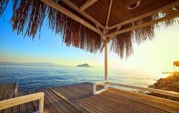 Μπανγκαλόου στη θάλασσα στο ηλιοβασίλεμα Ξύλινα περίπτερα στην ακτή μιας αμμώδους παραλίας - Bodrum, Τουρκία στοκ εικόνες με δικαίωμα ελεύθερης χρήσης