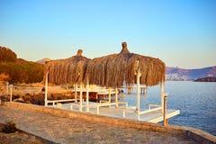 Μπανγκαλόου στη θάλασσα στο ηλιοβασίλεμα Ξύλινα περίπτερα στην ακτή μιας αμμώδους παραλίας - Bodrum, Τουρκία στοκ εικόνα με δικαίωμα ελεύθερης χρήσης