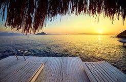 Μπανγκαλόου στη θάλασσα στο ηλιοβασίλεμα Ξύλινα περίπτερα στην ακτή μιας αμμώδους παραλίας - Bodrum, Τουρκία στοκ φωτογραφίες με δικαίωμα ελεύθερης χρήσης