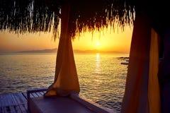 Μπανγκαλόου στη θάλασσα στο ηλιοβασίλεμα Ξύλινα περίπτερα στην ακτή μιας αμμώδους παραλίας - Bodrum, Τουρκία στοκ φωτογραφία