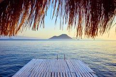 Μπανγκαλόου στη θάλασσα στο ηλιοβασίλεμα Ξύλινα περίπτερα στην ακτή μιας αμμώδους παραλίας - Bodrum, Τουρκία στοκ φωτογραφίες
