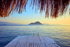 Μπανγκαλόου στη θάλασσα στο ηλιοβασίλεμα Ξύλινα περίπτερα στην ακτή μιας αμμώδους παραλίας - Bodrum, Τουρκία στοκ φωτογραφία με δικαίωμα ελεύθερης χρήσης