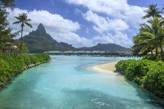 Μπανγκαλόου και παραλία Overwater σε Bora Bora Στοκ φωτογραφία με δικαίωμα ελεύθερης χρήσης