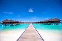 Μπανγκαλόου νερού και ξύλινος λιμενοβραχίονας στις Μαλδίβες Στοκ φωτογραφία με δικαίωμα ελεύθερης χρήσης