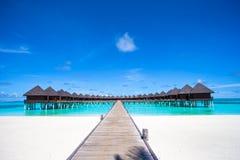 Μπανγκαλόου νερού και ξύλινος λιμενοβραχίονας στις Μαλδίβες Στοκ Εικόνες