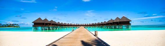 Μπανγκαλόου νερού και ξύλινος λιμενοβραχίονας στις Μαλδίβες Στοκ εικόνα με δικαίωμα ελεύθερης χρήσης