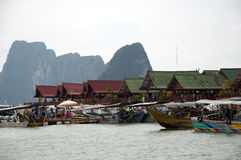 Μπανγκαλόου της Ταϊλάνδης και μικροσκοπικές βάρκες Στοκ Εικόνα