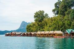 Μπανγκαλόου Floatting σε Khao Sok, Ταϊλάνδη Στοκ Εικόνες
